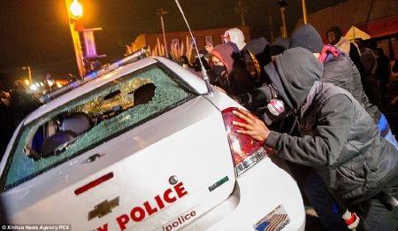 Những kẻ quá khích đập phá và lật một xe cảnh sát