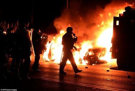 Cảnh sát địa phương phải căng mình ứng phó với bạo lực