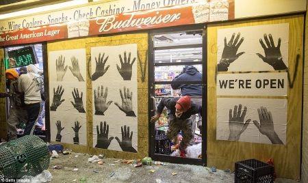Đám đông cướp bóc bên trong một cửa hàng tiện lợi