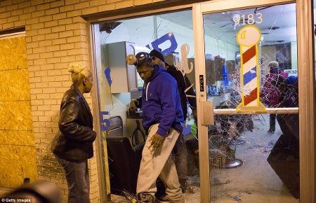 Rất nhiều cửa hàng bị đập phá, cướp bóc trong đêm 24/11