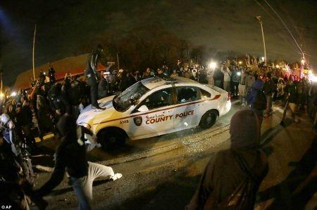 Thị trấn Mỹ chìm trong khói lửa bạo loạn