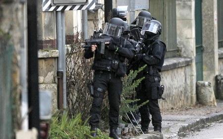 Đặc nhiệm SWAT lục soát tại Longpont (Ảnh: