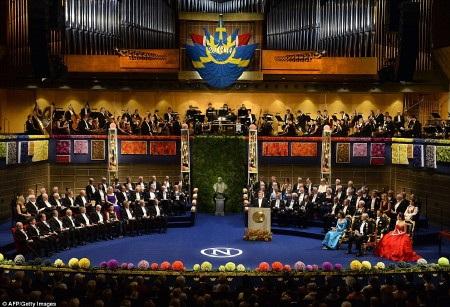 Hoàng hậu Silvia, nhà vua Carl XVI Gustaf và công chúa Victoria của Thụy Điển tại lễ trao giải