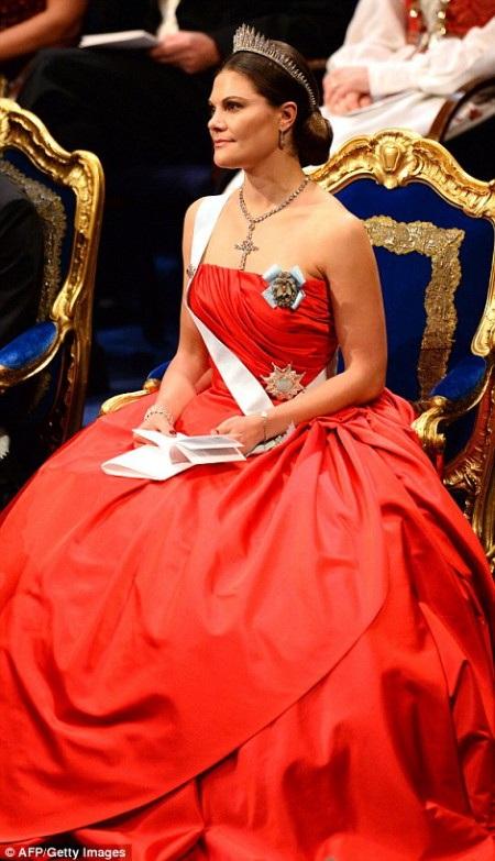 Công chúa Victoria trò chuyện cùng chồng là thái tử Daniel