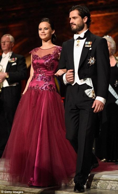 Nhà Nobel hóa học Eric Betzig tháp tùng công chúa Victoria tới dự tiệc