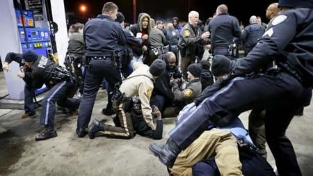 Một số người biểu tình đụng độ với cảnh sát tại trạm xăng