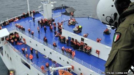 Hành khách túc trực chờ được giải cứu
