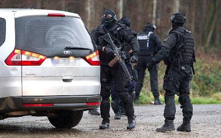 Cảnh sát nghi ngờ các nghi phạm bỏ lại xe để trốn vào rừng (Ảnh: