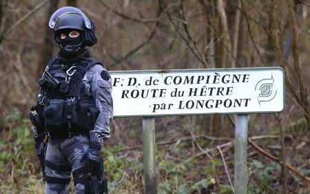 Một chiến sỹ cảnh sát quốc gia Pháp đứng cảnh giới tại Corcy gần Villers-Cotterets (Ảnh: