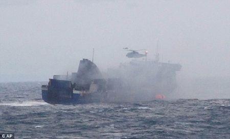 Trực thăng tiếp cận chiếc phà trong tình trạng khói mịt mù
