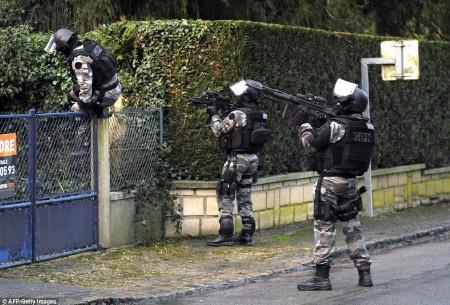 Lực lượng chống khủng bố lục soát từng ngôi nhà trong khu vực nghi phạm xuất hiện (Ảnh: