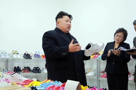 Ông Kim Jong-un tới thăm một xưởng sản xuất giày, trong bức ảnh được KCNA công bố hôm 21/1 (Ảnh: