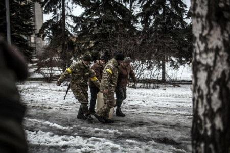 Binh sỹ Ukraine phải tham gia vận chuyển từng can nước (Ảnh: