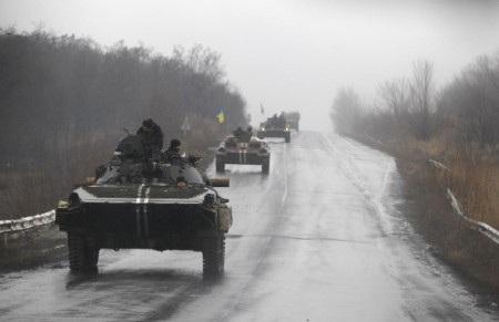 Các xe quân sự Ukraine được nhìn thấy hôm 1/2/2015 khi đang hướng về thị trấn Artemivsk (Ảnh: