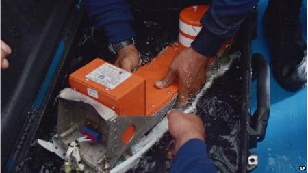 Một trong hai hộp đen của QZ8501 đã được trục vớt trong ngày 12/1 (Ảnh:
