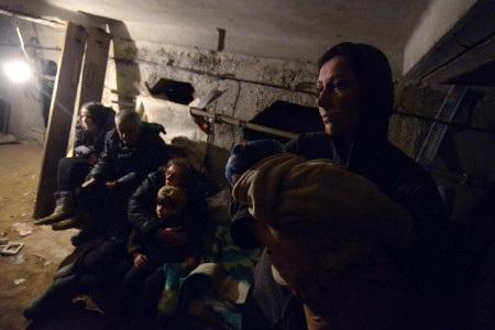 Nhiều người dân Debaltsevo đang phải lánh nạn trong những nơi tối tăm, chật chội (Ảnh: