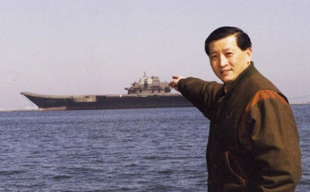 Xu Zengping trong một bức ảnh chụp gần tàu sân bay Liêu Ninh năm 2003 (Ảnh: