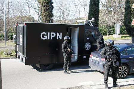 Cảnh sát đặc nhiệm Pháp tại hiện trường vụ nổ súng (Ảnh: