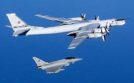 Chiến đấu cơ Typhoon của Anh (dưới) trong một lần áp sát máy bay ném bom của Nga (Ảnh tư liệu)