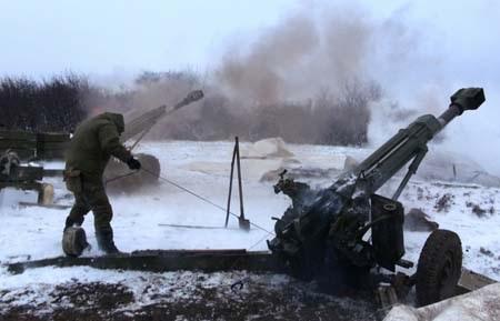 Đạn pháo tiếp tục nổ tại Đông Ukraine bất chấp lệnh ngừng bắn (Ảnh: