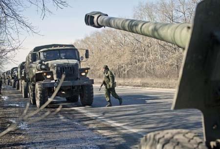 Một đoàn xe kéo theo các cỗ pháo của phe ly khai rời khỏi Donetsk ngày 24/2 (Ảnh: