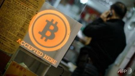 Mong muốn giàu lên nhanh chóng khiến nhiều người mạo hiểm đầu tư vào bitcoin (Ảnh: AFP)