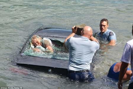 Cảnh sát kịp phá kính chắn gió sau trước khi xe chìm hẳn (Ảnh: Fairfax NZ)