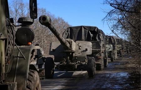 Xe quân sự của phe ly khai kéo các khẩu pháo rời Debaltseve (Ảnh: