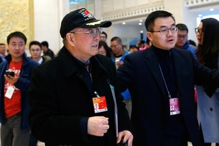 Ông Yin Zhuo (trái) tham dự hội nghị của CPPCC tại Bắc Kinh (Ảnh: CNS)