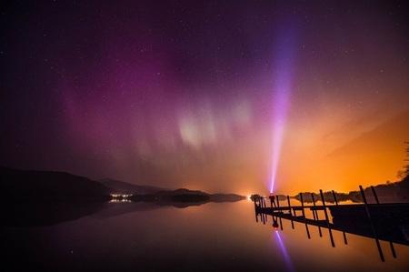 Cực quang phương Bắc được ghi lại tại khu vực Derwent Water gần Keswick, Anh hôm 18/3. (Ảnh: AP)