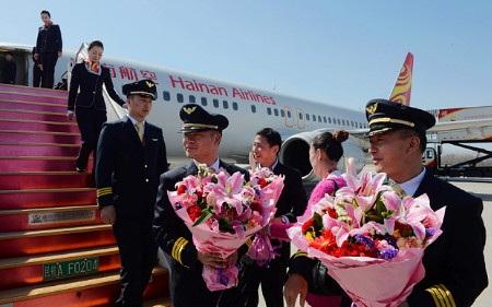 Các phi công của Hainan Airlines được chúc mừng sau khi hoàn tất chuyến bay (Ảnh: Imagine China)