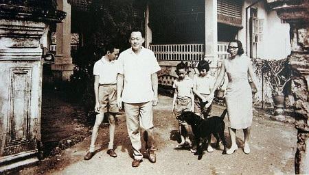 Ông Lý Quang Diệu cùng vợ và các con trong một bức ảnh cũ (Ảnh: Lee Family)