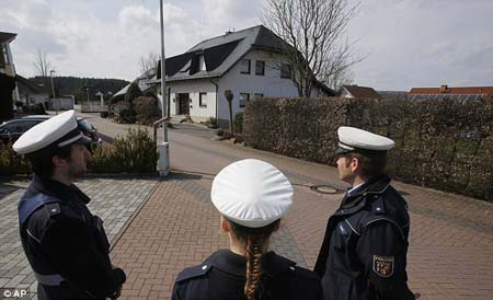 Cảnh sát đứng gác bên ngoài ngôi nhà của Lubitz (Ảnh: AP)