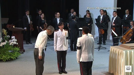 Thủ tướng Singapore Lý Hiển Long đặt hoa trước khi linh cữu cha được đưa vào hội trường