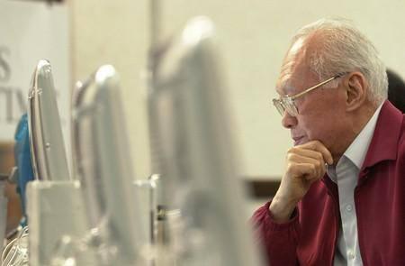 Khi đã 70 tuổi, ông Lý vẫn không ngại làm quen với máy tính