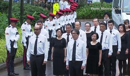 Các quan chức trường đại học quốc gia Singapore và trung tâm văn hóa đại học ra đón linh cữu ông Lý