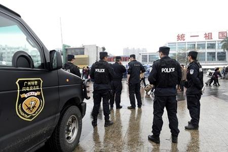 Cảnh sát Quảng Châu tăng cường an ninh trước nhà ga xe lửa (Ảnh: