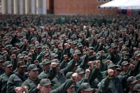 Các binh sỹ Venezuela tham gia một cuộc mít tinh tại Caracas ngày 14/3 (Ảnh: