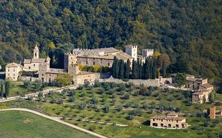 Tòa lâu đài tọa lạc tại vùng Tuscany với kiến trúc nguyên vẹn từ thời trung cổ (Ảnh: