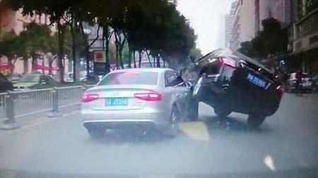 Chiếc xe màu đen leo lên đầu chiếc xe bạc trong màn dằn mặt hãi hùng (Ảnh: Internet)