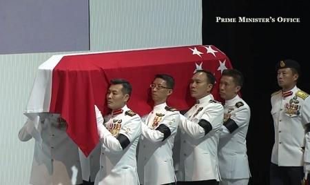 Linh cữu của ông Lý luôn được 8 người của đội nghi lễ hộ tống
