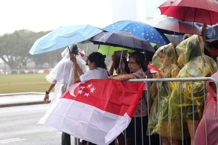 Thời tiết tại Singapore chuyển âm u và mưa lớn khi giờ cử hành tang lễ đến gần
