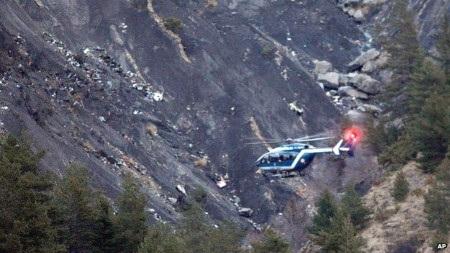 Nhiều trực thăng được huy động tiếp cận hiện trường vụ tai nạn (Ảnh: AP)