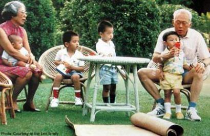 Ông Lý và vợ chơi cùng các cháu nội, ngoại trong bức ảnh chụp năm 1989 (Ảnh: Lee family)