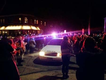 Người biểu tình tại hiện trường vụ nổ súng (Ảnh: