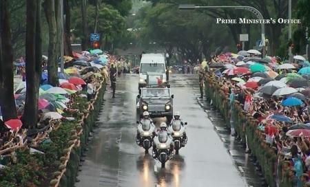 Lực lượng cảnh sát thực hiện nghi thực chào đoàn xe tang