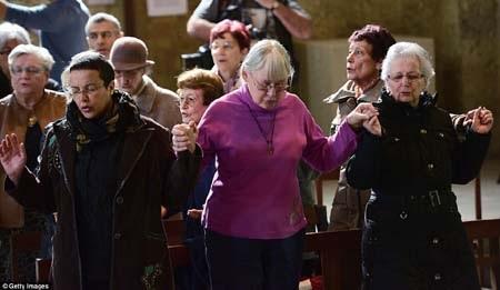 Một buổi cầu nguyện cho các nạn nhân vụ rơi máy bay tại Pháp (Ảnh: