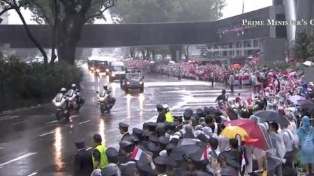 Quốc kỳ Singpaore xuất hiện khắp đường phố