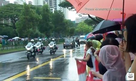 Tại mỗi nơi đoàn xe đi qua, đám đông đều vẫy cờ và hô vang tên nhà lãnh đạo quá cố Lý Quang Diệu
