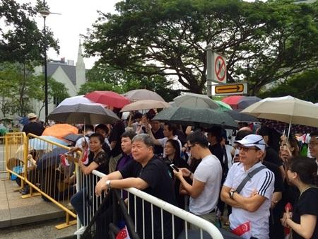 Người Singapore kiên nhẫn đợi đoàn xe tang, để được nhìn thấy nhà sáng lập đất nước lần cuối